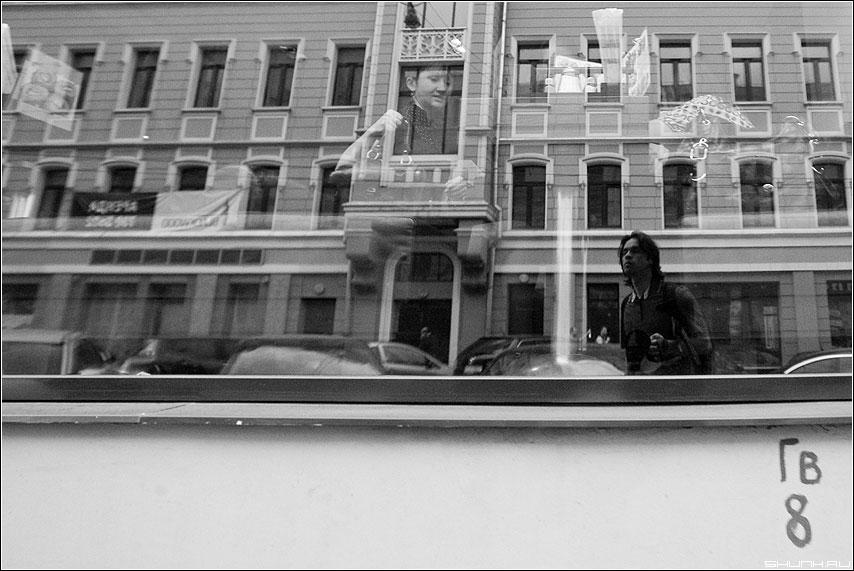Близость отражения - я отражение витрина ресторан чёрнобелая фото фотосайт