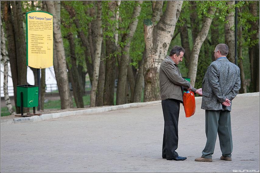 Про рыбалку - улица парк разговор мужики впечатлания фото фотосайт