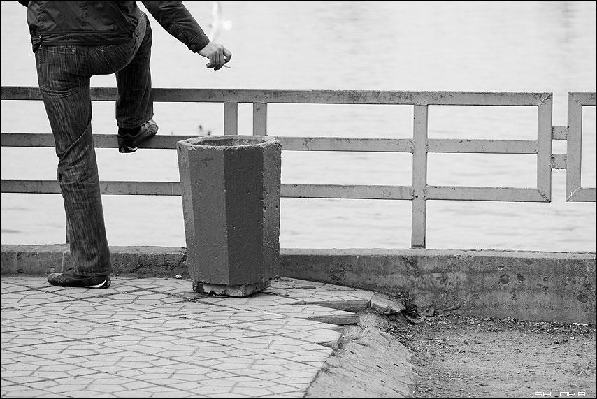 Про пепел - пепел урна чёрнобелые берег ограда рука сигарета ноги фото фотосайт