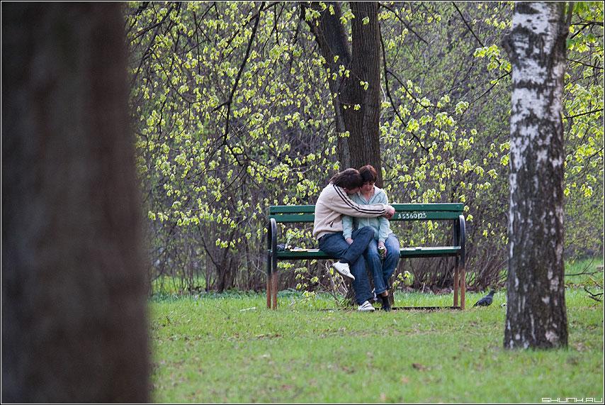 В парке - он она парочка весна деревья лавочка фото фотосайт