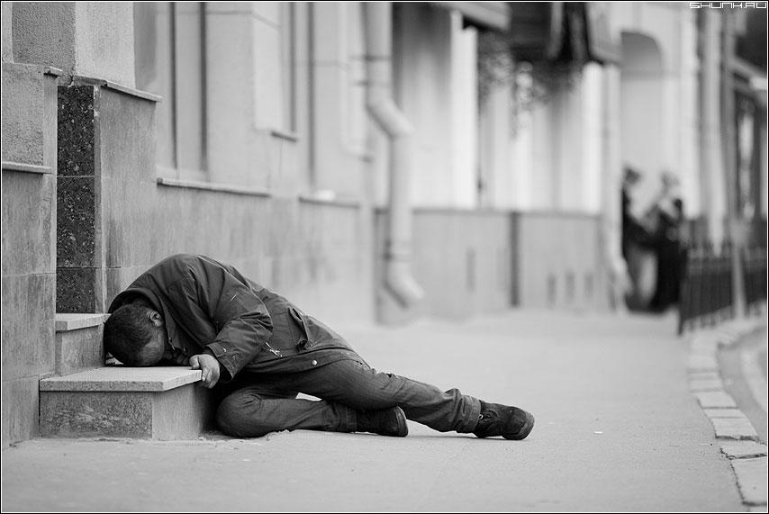 Усталость - мужик бомж ступени усталость сон чёрнобелый улица фото фотосайт