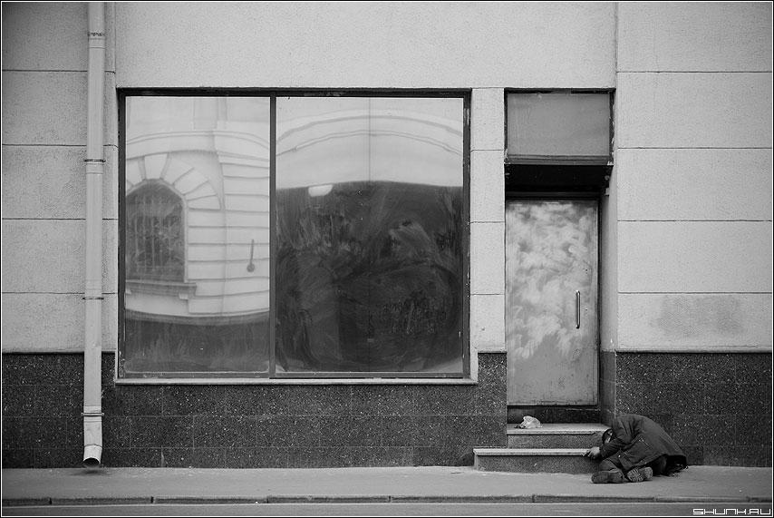 Город поглощает нас - бомж улица здание чёрно-белый ступени окна дверь фото фотосайт