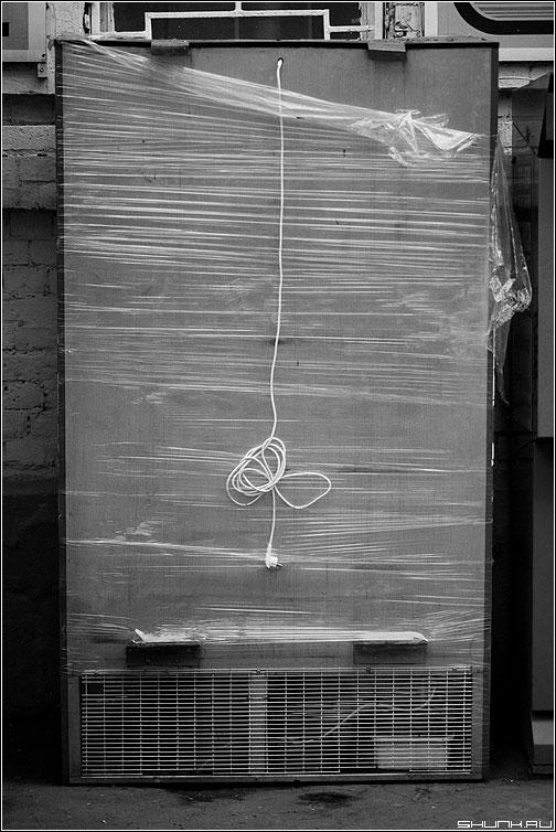 Инсталляция - инсталляция провод улица холодильник чёрно-белое фото фотосайт