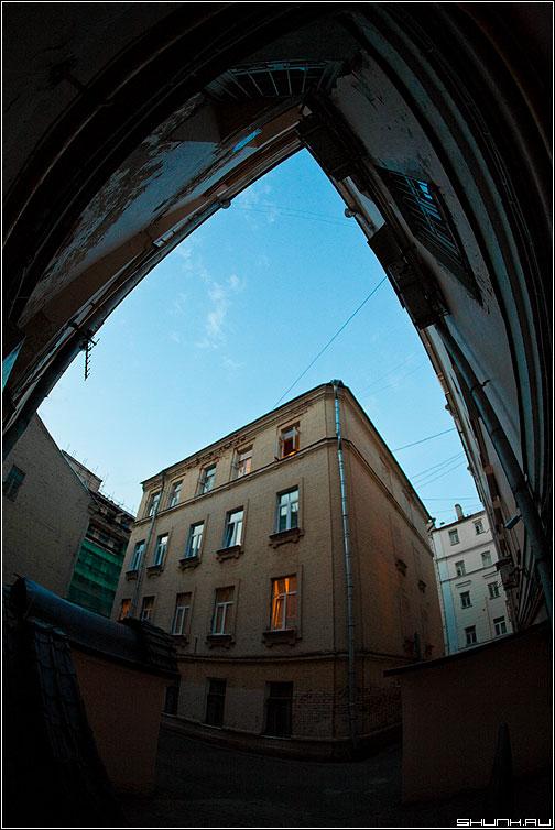 Дворовый предрассудок - предрассудок двор фишай fish небо iso фото фотосайт