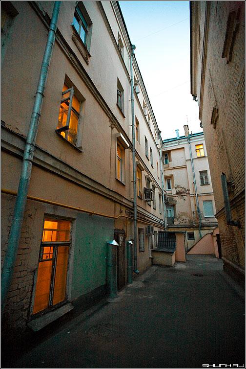 ...На Большом Каретном - двор окна москва каретный ширик фото фотосайт