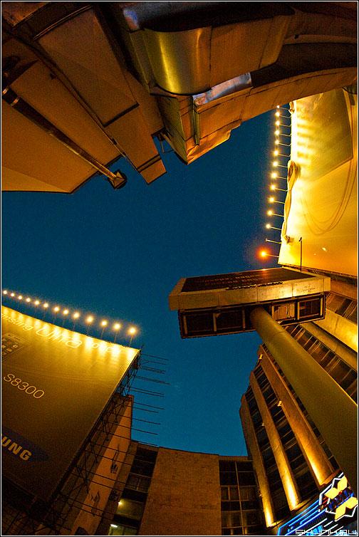 Кусочек московского неба - небо москва центр тверская строение безумие вечер огни fisheye фото фотосайт