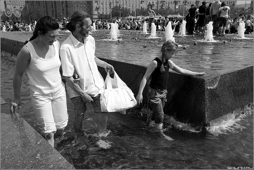Семейный отдых - семья мама папа дочка фонтан босиком май поклонка фото фотосайт