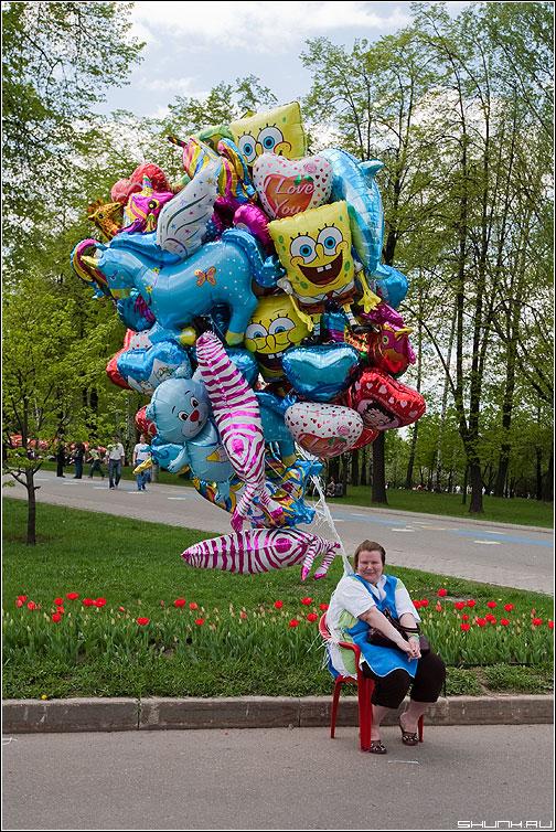 Тетенька улет - бабушка шарики тетенька поклонка май продавщица фото фотосайт