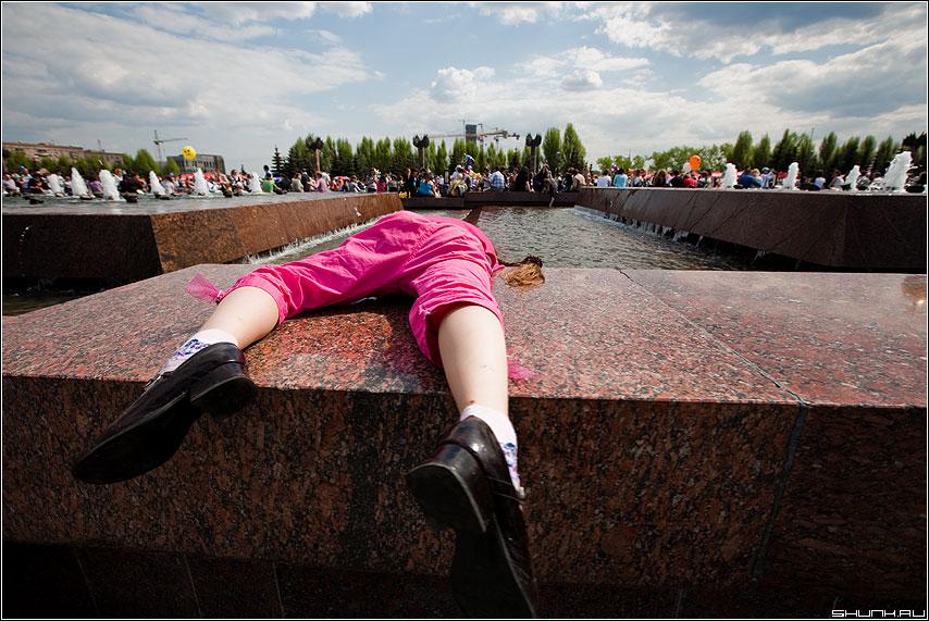 Про золотую рыбку, наверное - штаны ботинки детство фонтан поклонка ребенок девочка май фото фотосайт