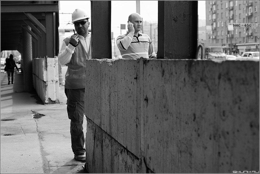 Из-за угла - улица стройка рация чёрнобелые мужики бетон фото фотосайт