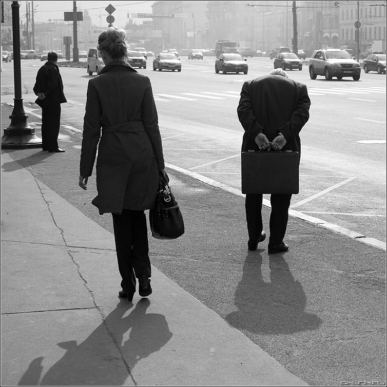 Трое - дедушка мужик девушка квадратная чёрнобелая фото фотосайт