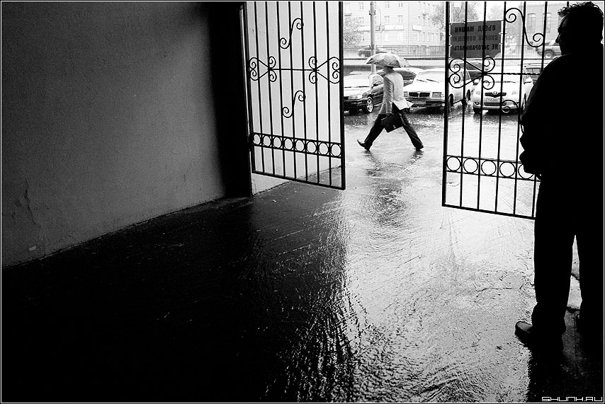 Про майский дождь (вариант) - дождь мужик арка лужи шаг май ливень чёрнобелые фото фотосайт