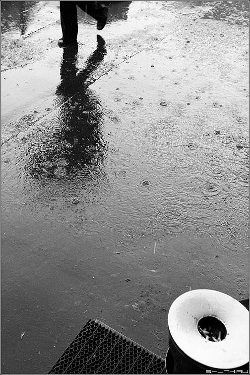 Геометрия дождя - отражение ноги урна сигареты окружность треугольник геометрия фото фотосайт