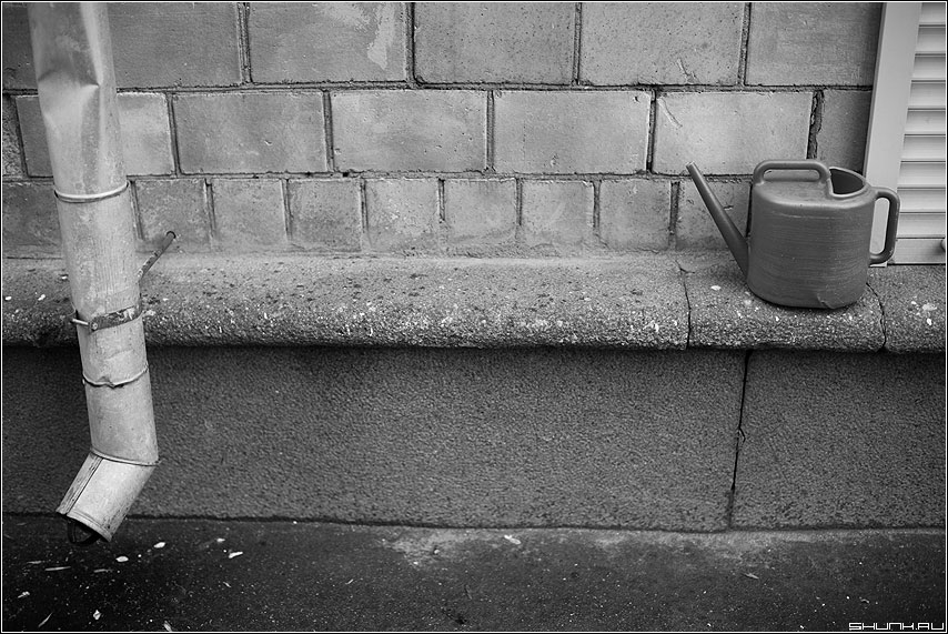 Про дождик в четверг (чб) - труба водосток улица лейка натюрморт фото фотосайт