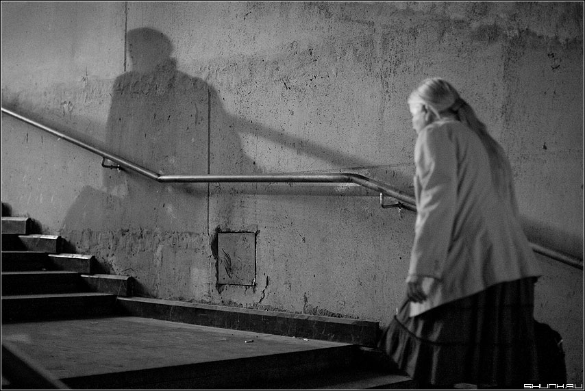 Опережая свет - свет тень переход бабушка чёрнобелая фото фотосайт
