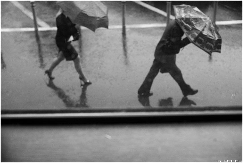 К метро - дождь он она зонты из окна окно люди улица чёрнобелые фото фотосайт