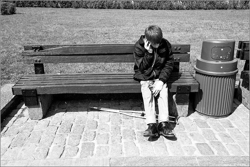 Цветик Семицветик - мальчик ноги лавочка семицветик чёрнобелые урна фото фотосайт
