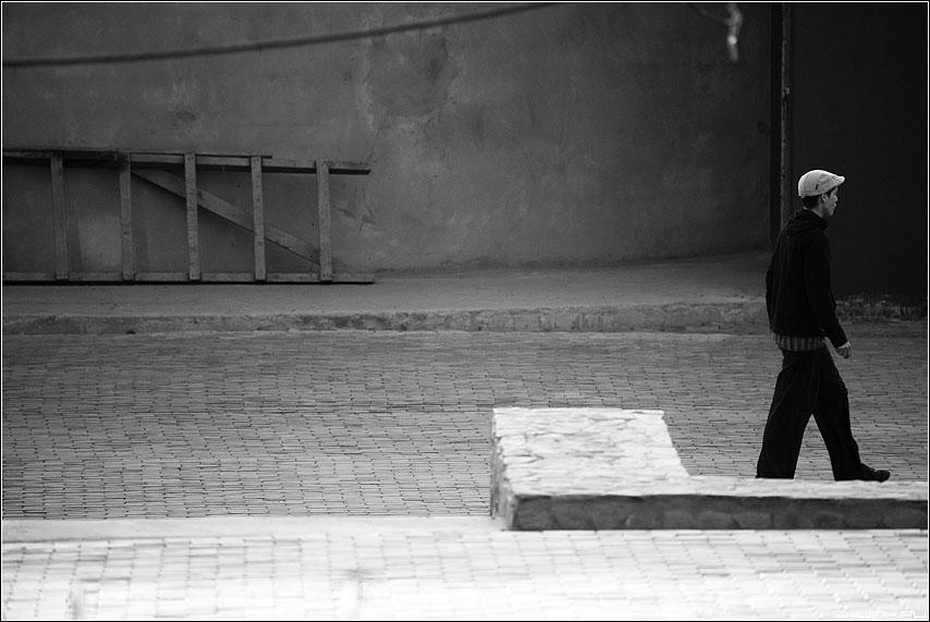 Сделавшему выбор - посвящаю - лестница угол человек чёрнобелые пространство фото фотосайт
