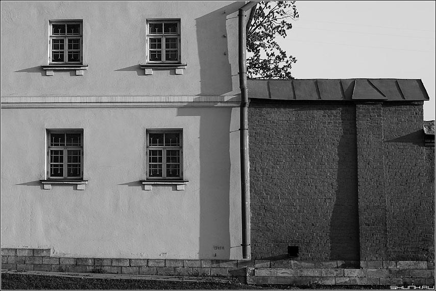 Четыре окна и водосток - архитектура окна здание чернобелые храм стена фото фотосайт