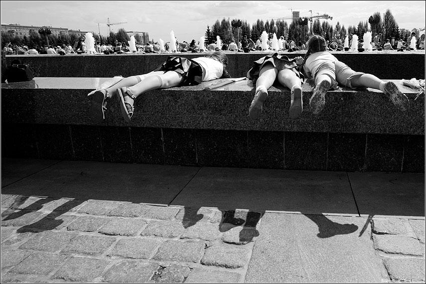 Ноги - ноги тени фонтан поклонная гора дети чёрно-белые фото фотосайт