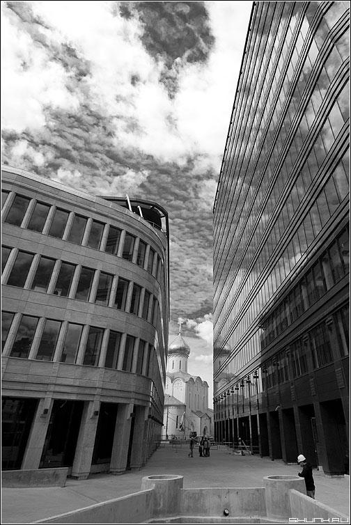 Задавили - храм чёрнобелая строения бетон стекло отражение небо красный фильтр фото фотосайт