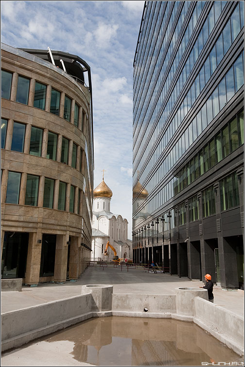 Вера (цвет) - храм цветная строения бетон стекло отражение небо фото фотосайт
