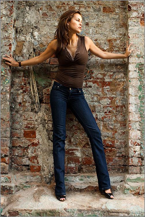 У стены - лана прогулка фотопрогуляться стена кирпичи руки модель фото фотосайт