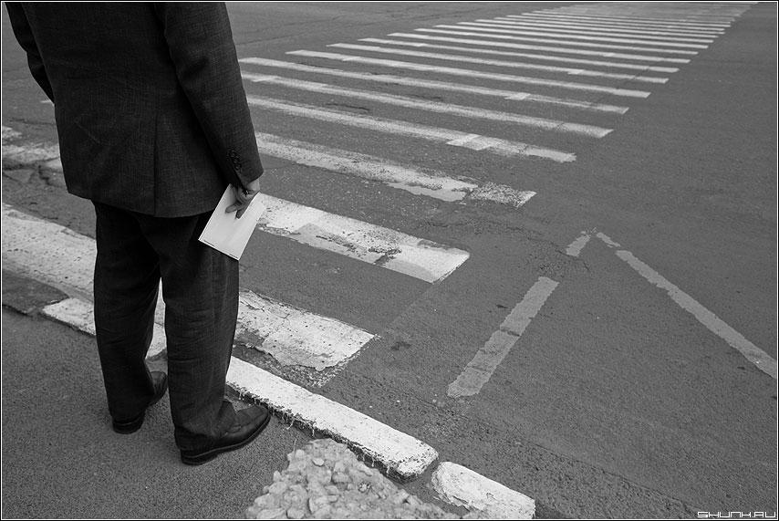 Вам письмо! - письмо конверт переход полоски дорога человек рука чёрнобелые фото фотосайт