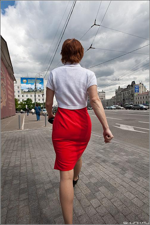Есть женщины в русских селеньях - девушка красная руки платье улица фото фотосайт