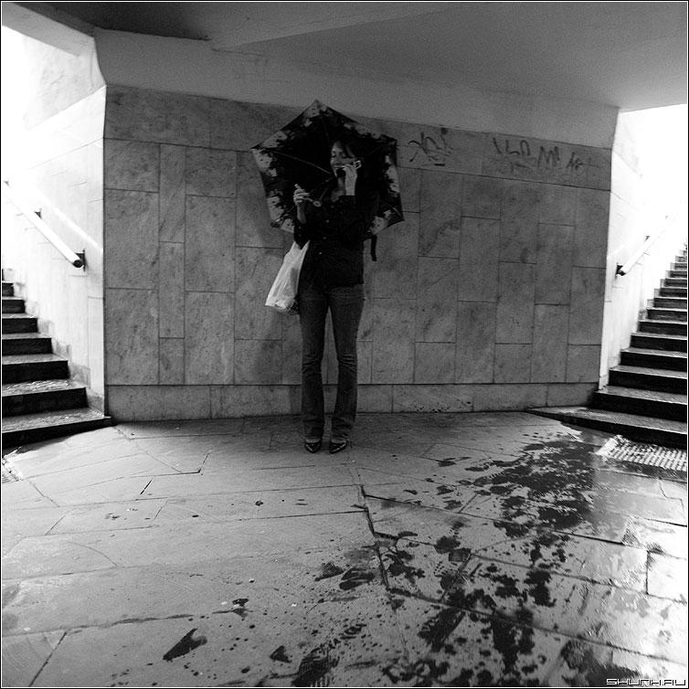 От дождя - переход свет девушка зонт дождь следы квадратная чёрнобелая фото фотосайт