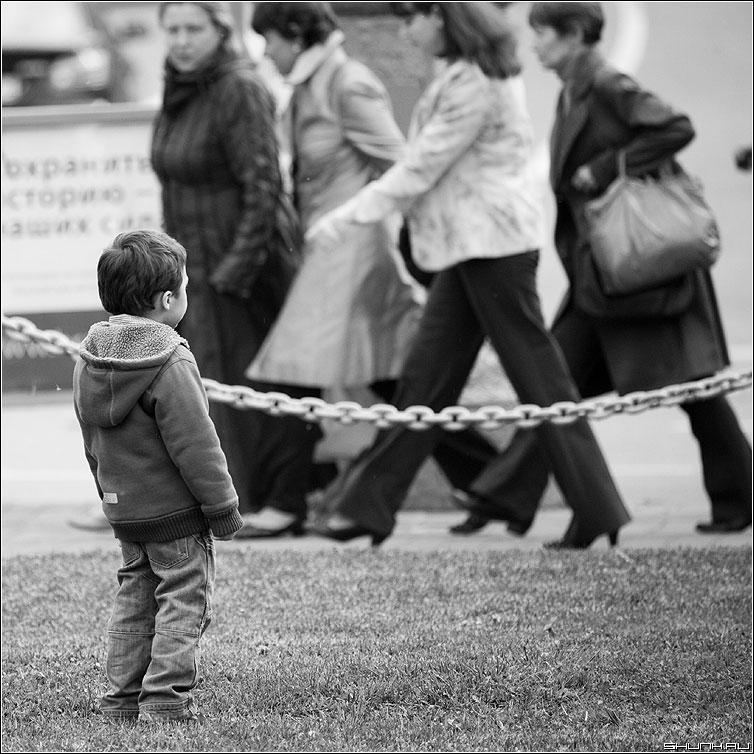 Мамины подружки - ребенок квадратная улица цепь чёрнобелые фото фотосайт