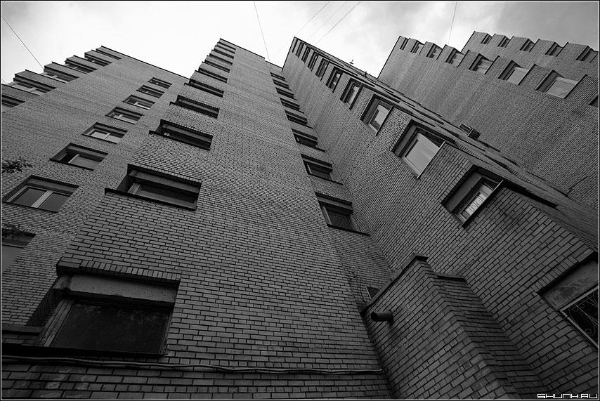 Предрассудок углов - углы здание окна небо вверх предрассудок фото фотосайт