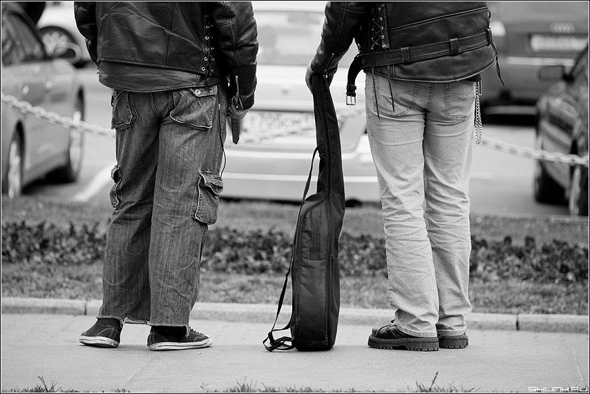 Два товарища - ноги косухи гитара косуха чёрнобелые ребята чехол улица фото фотосайт