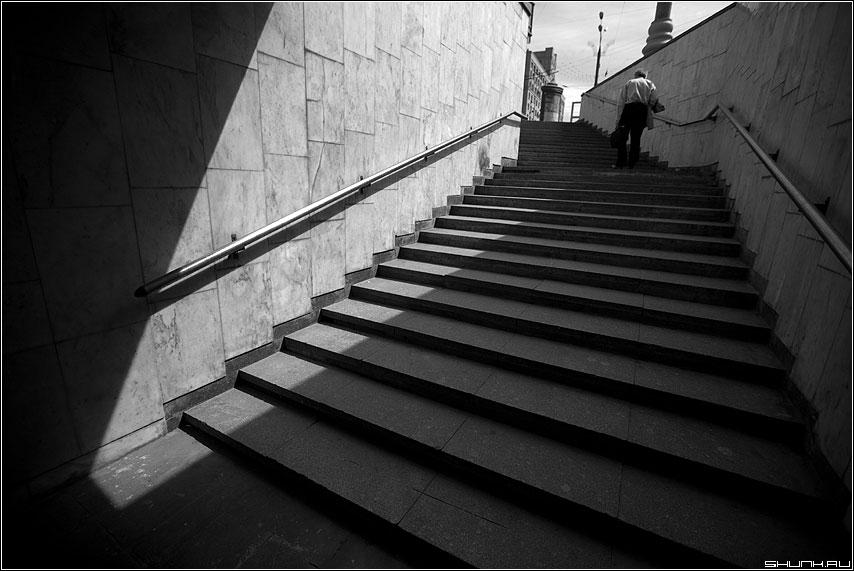 Вверх - ступени переход человек вверх свет луч фото фотосайт