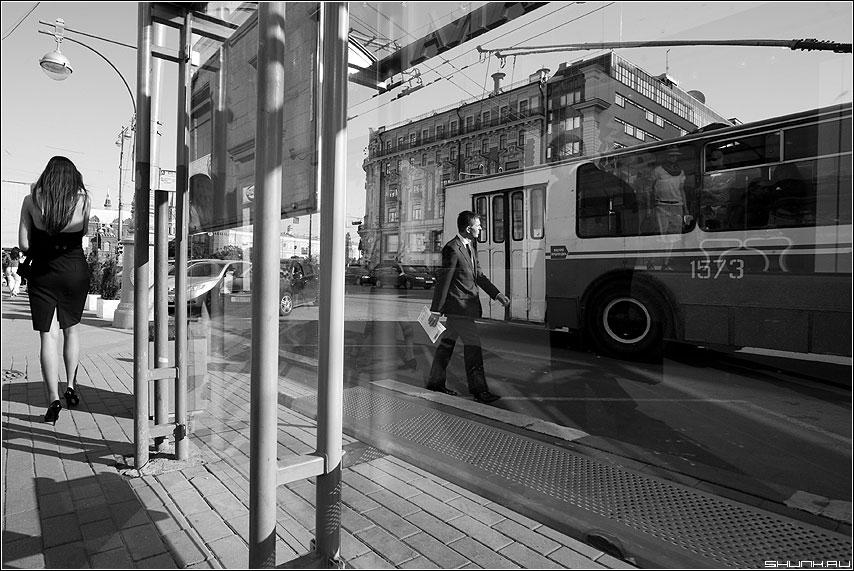 Уличный роман - улица он она остановка троллейбус фонарь чёрнобелые фото фотосайт