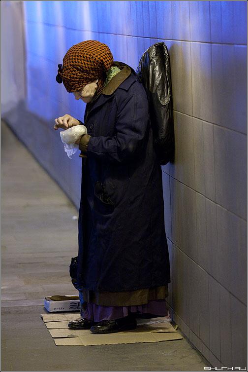 Ангел перехода - бабушка переход синий пакет еда фото фотосайт