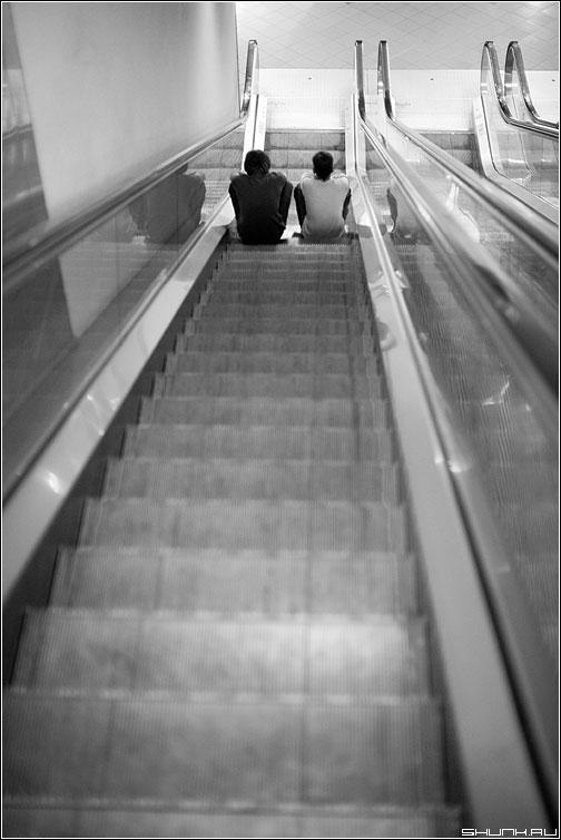 Напару - вдвоем эскалатор чёрнобелые парни вниз посиделки фото фотосайт
