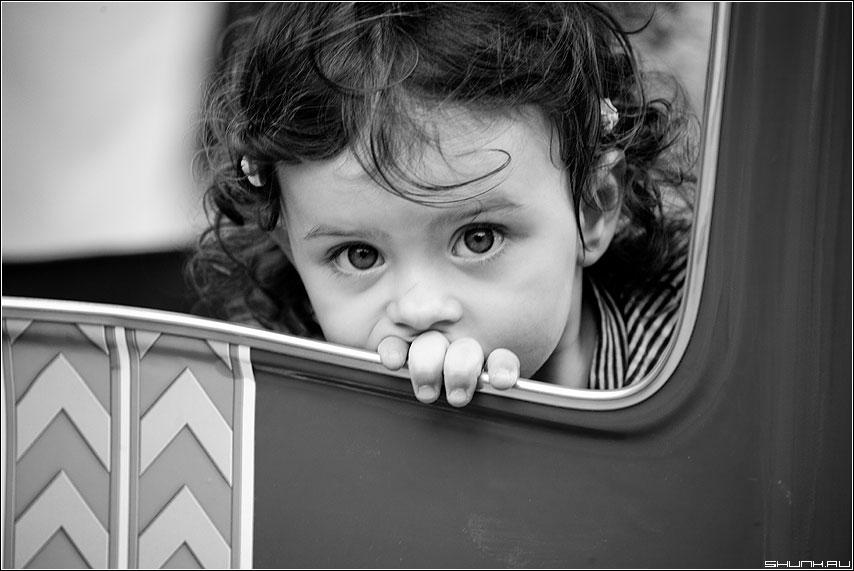 Портрет - ребенок площадка взгляд глаза чёрнобелые фото фотосайт