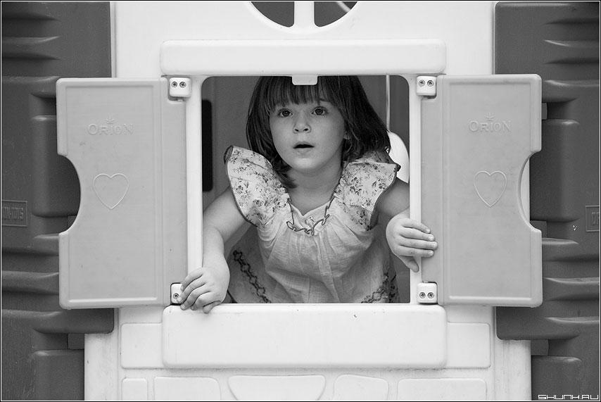 Чудо - взгляд площадка ставни ребенок девочка домик фото фотосайт