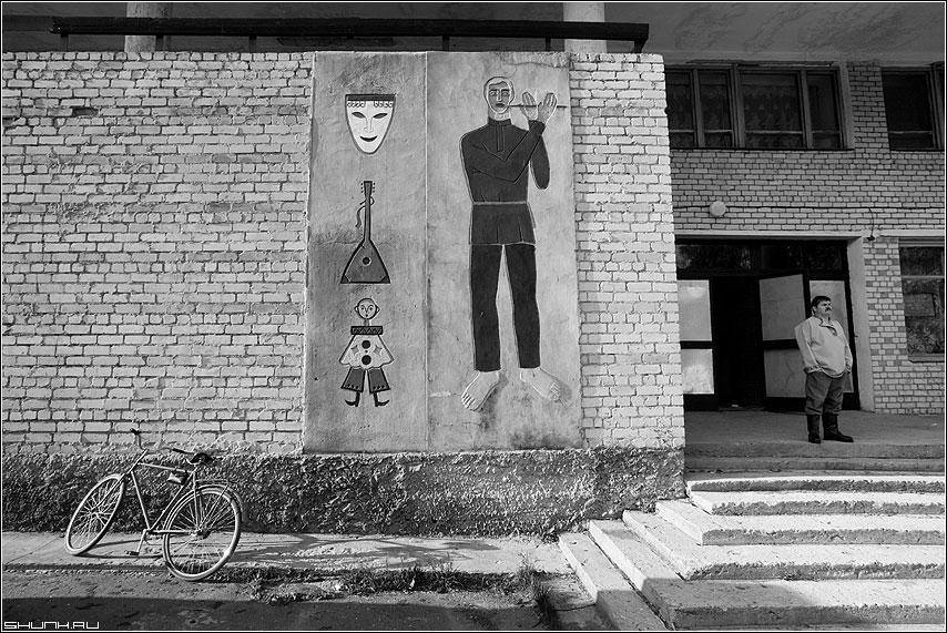 КЛУБ - клуб велосипед мужик таложня чёрнобелые фото фотосайт