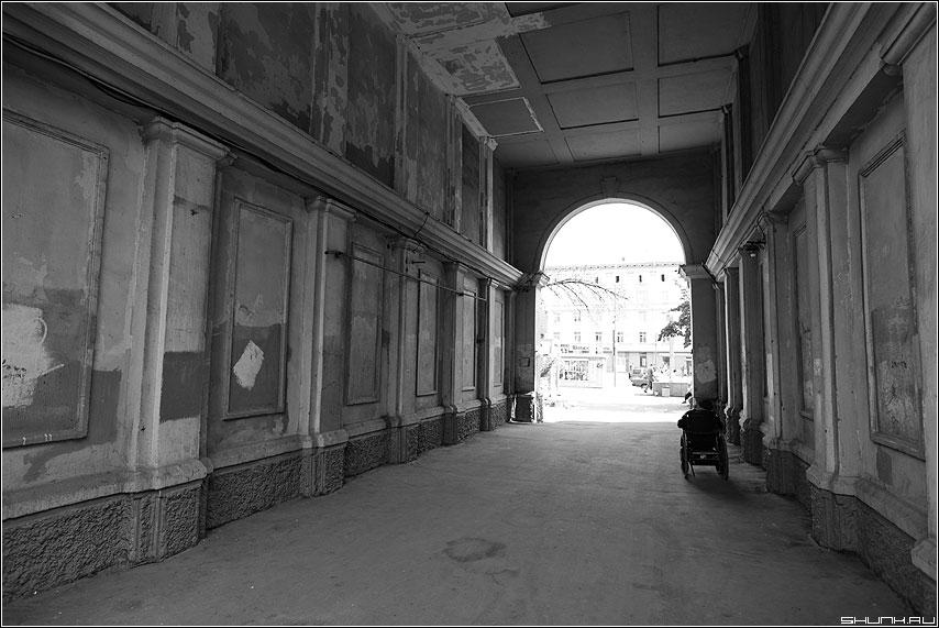 С грустью - дедушка арка свет улица инвалид каляска фото фотосайт