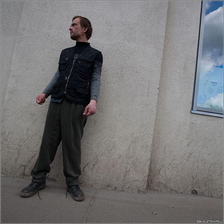 Про небо - небо человек улица шнурки стена мужик квадратное фото фотосайт