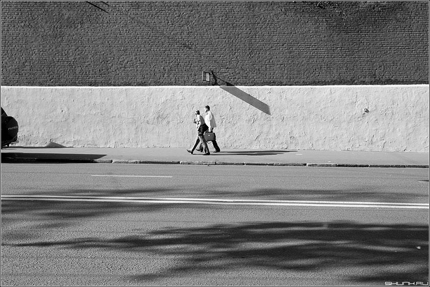 Проходя... (вариант) - мужики улица остановка тень линии кирпичи чёрнобелые фото фотосайт