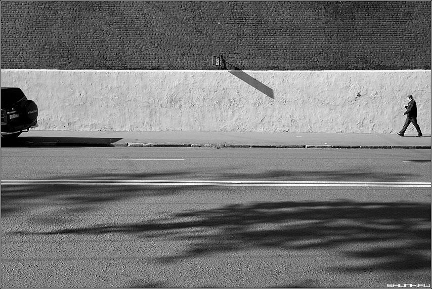 Про личный и общественный транспорт - мужик остановка стена свет тень кирпичи тели сплошная двойная чёрнобелое фото фотосайт