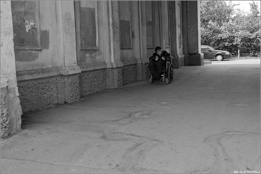 Подкатила негодная... - каласка инвалид арка машина автомобиль беда чёрнобелое фото фотосайт
