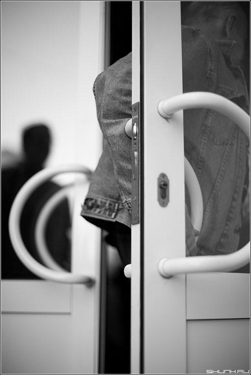 CCC - слюсарев семинар фотограф чёрнобелое мегафотограф встреча уход дверь отражение рука фото фотосайт