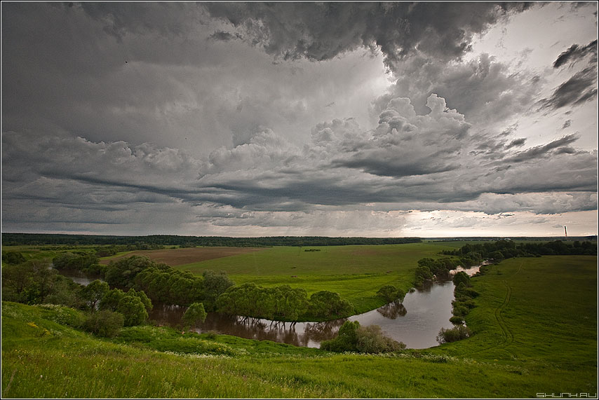 За Вышгород... - вышгород небо холм небо тучи облака речка деревья деревня фото фотосайт