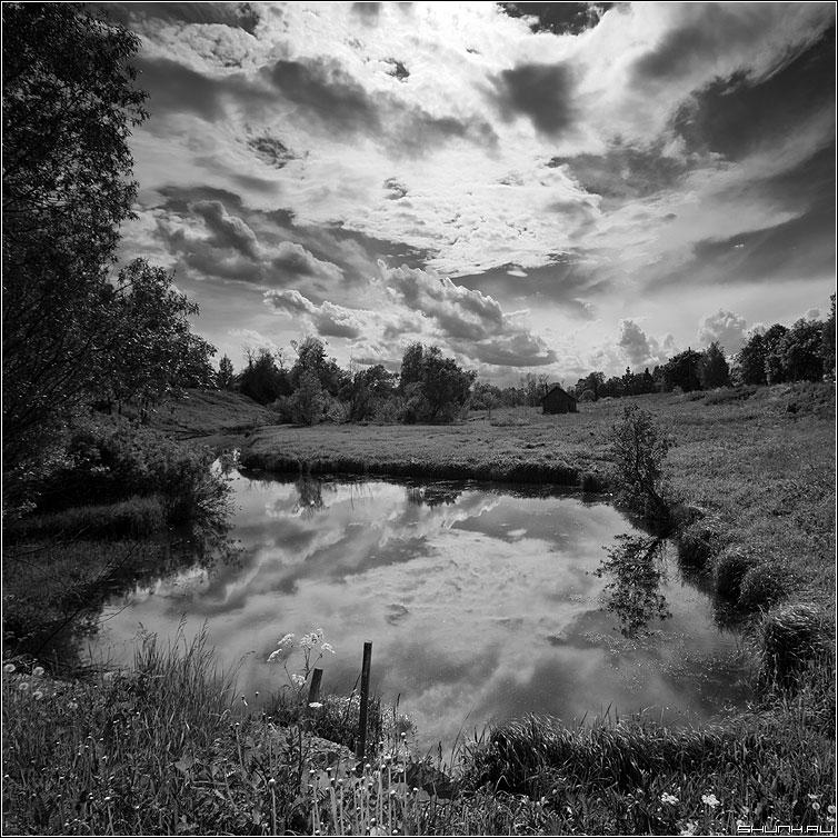 Отражение небесного хаоса - небо облака чёрнобелое деревня крюково руть квадратное фото фотосайт