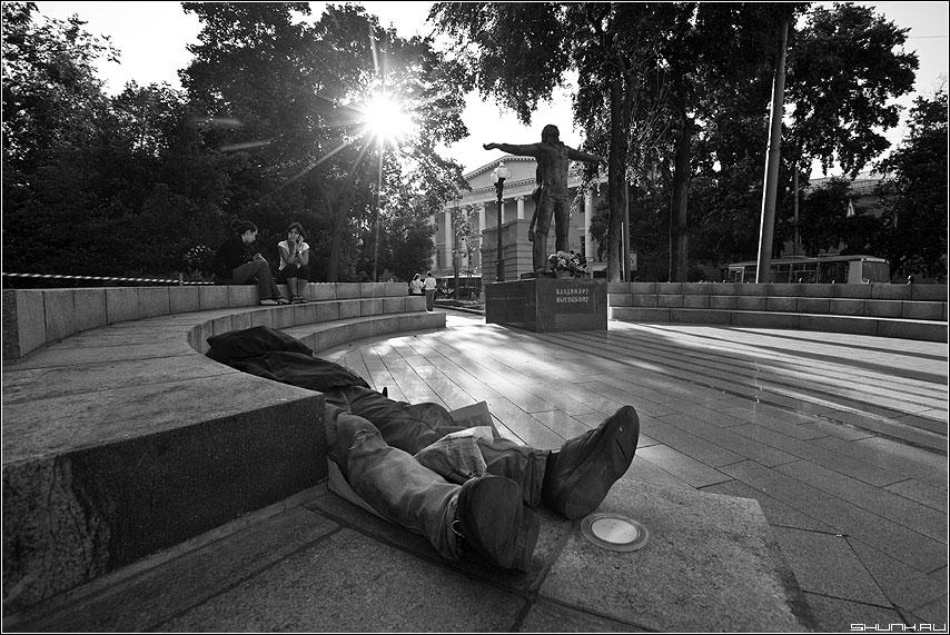 Без названия - руки ноги памятник сквер высоцкий чёрнобелое жанр фото фотосайт