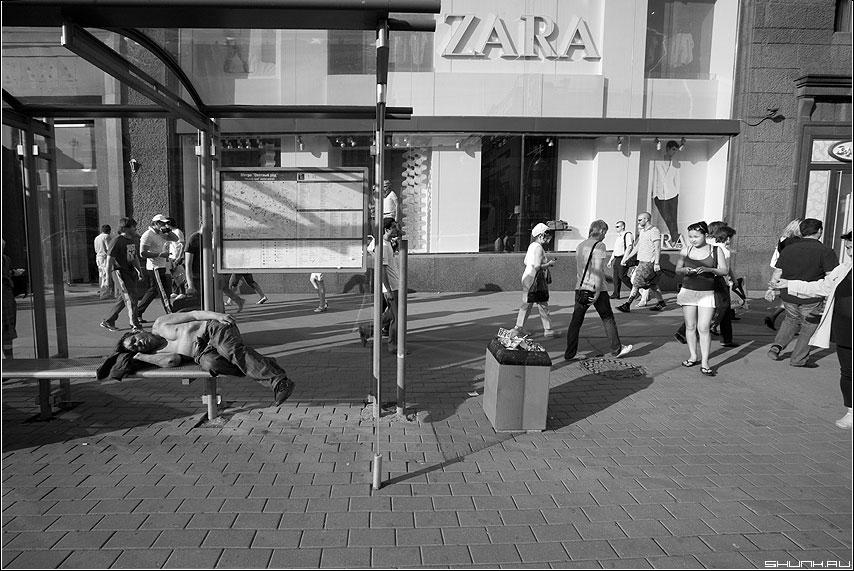 ЖАРА - жара мужик остановка люди улица манежка фото фотосайт